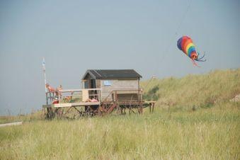 Strandhuisje met vlieger