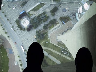 1024px-Glass_Floor_of_the_CN_Tower